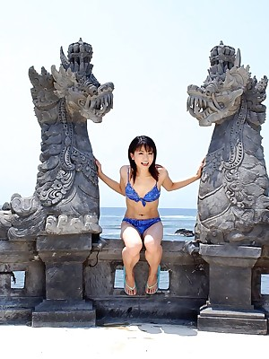Elegant Japanese teen poses adjacent to aver turn on the waterworks prole regarding bikini